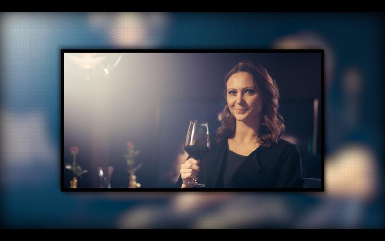 Marianne med et glas vin